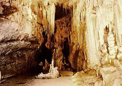 Intérieur de la grotte de Jeita